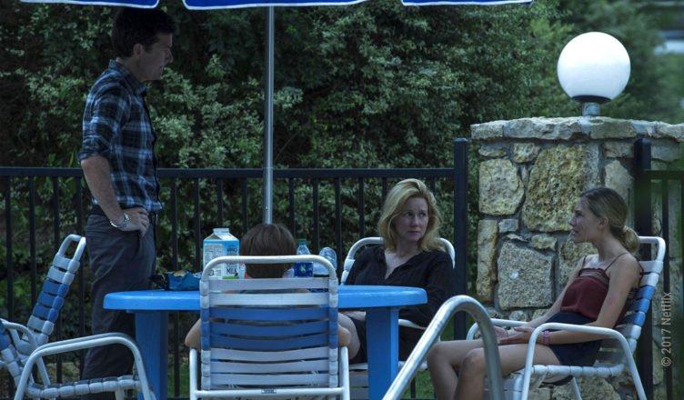 Marty und Wendy Byrde sowie deren beiden Kinder sind um einen Plastiktisch auf einer trostlosen Hotel-Terrasse versammelt