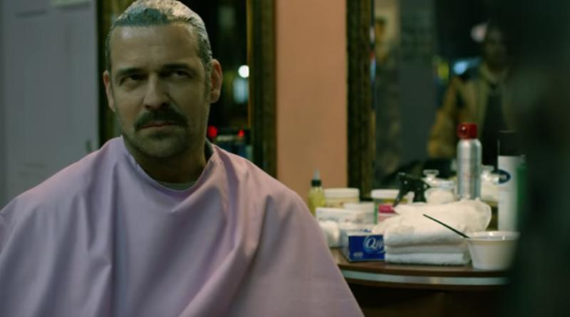 Chepe sitzt in einem Friseursalon in New York in einem Szenebild für Kritik Narcos Staffel 3