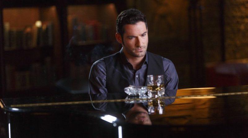 Lucifer sitzt bedenklich vor dem Klavier.