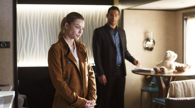 Lucifer (Tom Ellis) schaut Chloe Decker (Lauren German) hinterher.