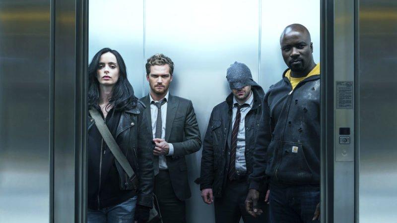 Szenenbild aus Kritik The Defenders Staffel 1 im Aufzug mit Jessica Jones, Iron Fist, Daredevil und Luke Cage