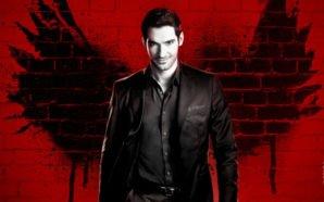 Lucifer steht vor einem roten Hintergrund. Schwarze Farbe an der Wand stellt seine Flügel dar.