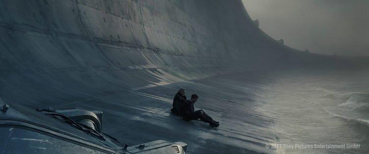 Deckard und Officer K am Fusse eines gigantischen Staudamms in Blade Runner 2049
