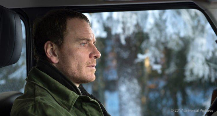 Michael Fassbender sitzt als Kommissar Harry Hole in seinem Auto starrt nach vorne in Der Schneemann 2017