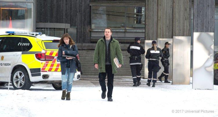 Michael Fassbender und Rebecca Ferguson laufen über den Parkplatz der Osloer Polizei in Der Schneemann 2017