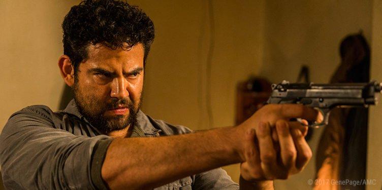 Juan Gabriel Pareja als Morales zielt in The Walking Dead Folge 3 it einer Pistole auf Rick Grimes