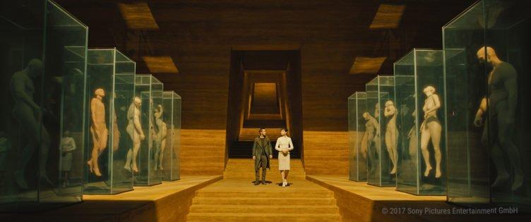 Officer K gespielt von Ryan Gosling im Hauptquartier der Wallace Corporation in Blade Runner 2049