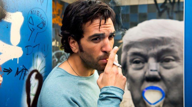 Fack ju Göhte 3 Szenenbild mit Elyas M'Barek, eine Zigarette rauchend