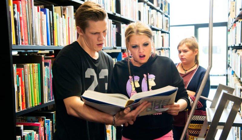 Fack ju Göhte Szenenbild 2 mit Chantal (Jella Haase) und Danger (Max von der Groeben) in einer Bibliothek