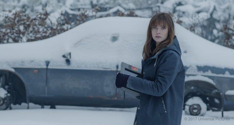 Rebecca Ferguson als Katrine Bratt steht vor einem verschneiten Auto und hält einen spezielles Polizei-Tablet in der Hand