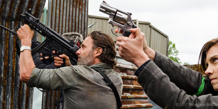 Rick Grimes (Andrew Lincoln) and Maggie Greene (Lauren Cohan) zielen mit Handfeuerwaffen auf die Fabrik der Saviors in The Walking Dead Staffel 8 Episode 1