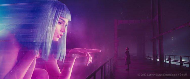 Ryan Gosling unterhält sich als Replikant K mit einer Leuchtreklame für ein Bordell in Blade Runner 2049