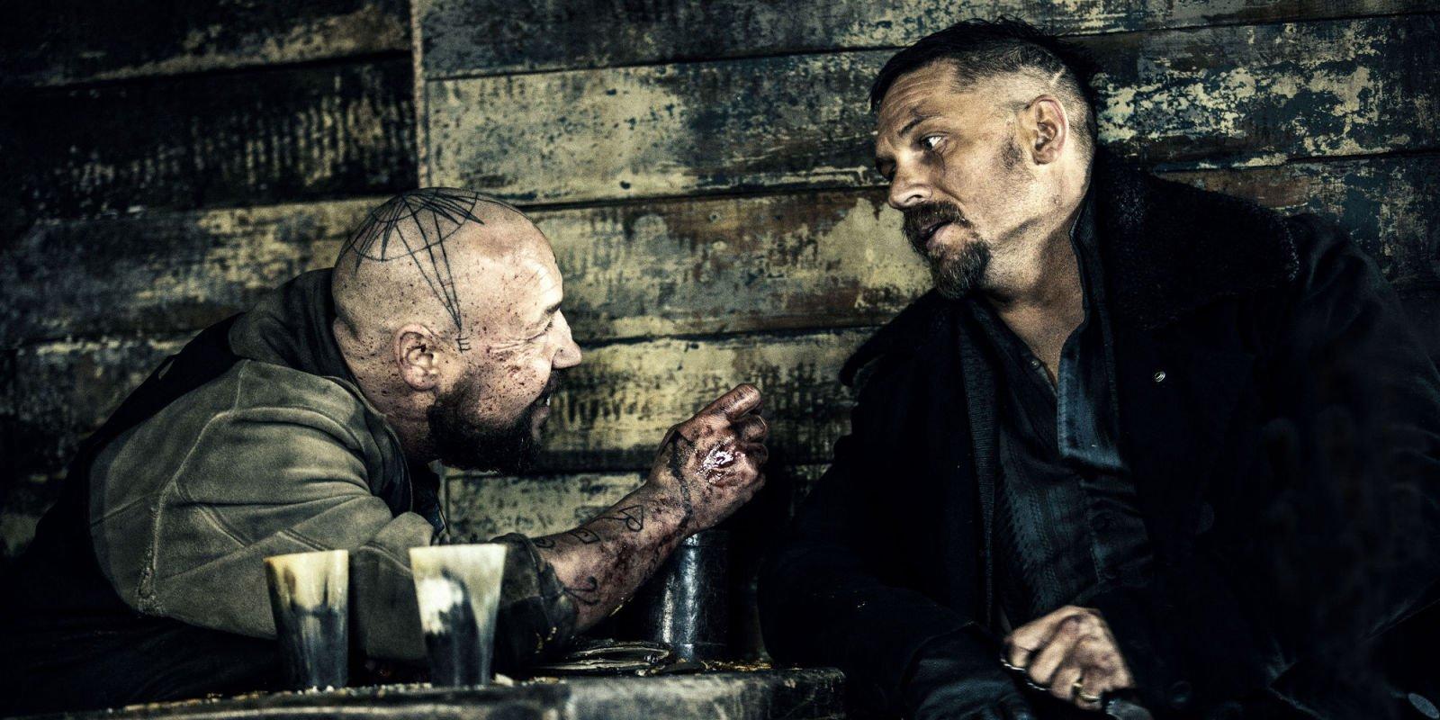 Szenenbild für Kritik Taboo Staffel 1 mit Stephen Graham und Tom Hardy in einer Kneipe