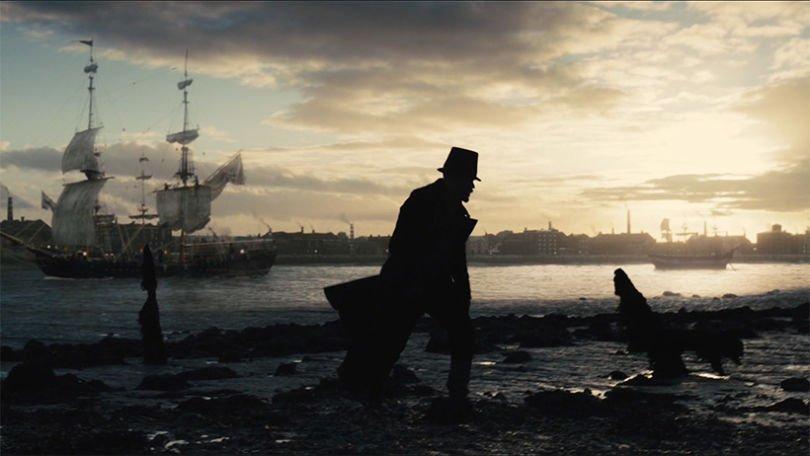 Tom Hard in Szenenbild für Kritik Taboo Staffel 1 am Londoner Hafen bei einem Sonnenaufgang