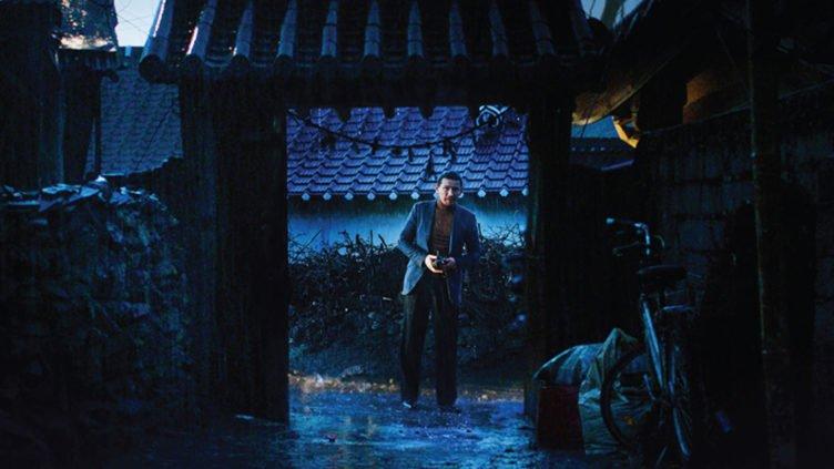 Titelbild für Kritik The Wailing mit einem Torbogen bei Nacht