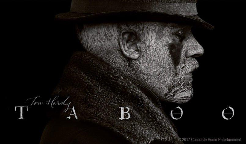 Tom Hardy trägt einen Hut und hat ein weiß angemaltes Gesicht auf einem Schwarz-Weiß-Bild zur Serie Taboo – Staffel 1
