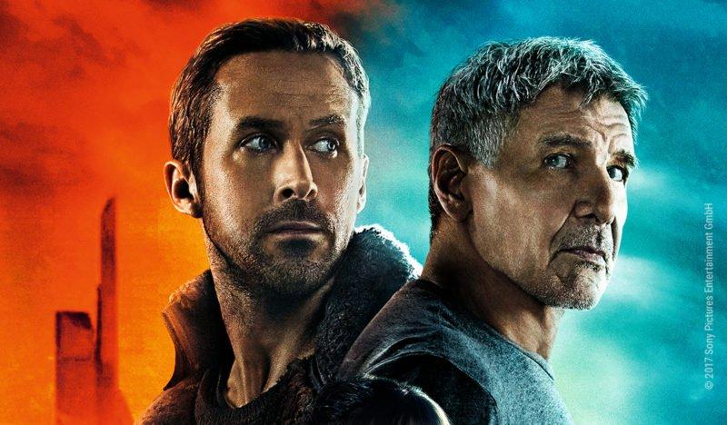Ryan Gosling vor orangenem Hintergrund steht Rücken an Rücken mit Harrison Ford der vor blauem Hintergrund steht auf Hauptplakat zu Blade Runner 2049