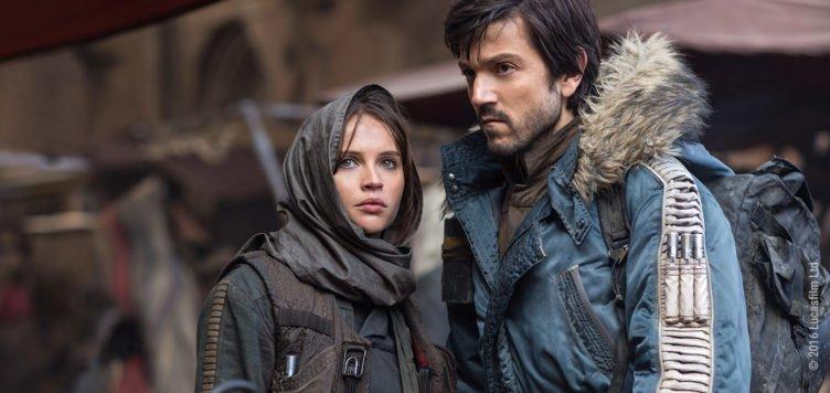 Jyn Erso und Cassian Andor stehen auf einem Marktplatz auf Jedha eng nebeneinander in Rogue One A Star Wars Story