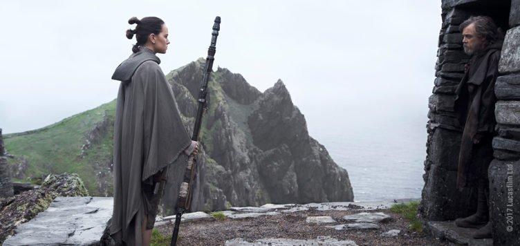 Rey und Luke stehen sich gegenüber im Regen auf einer grünen Insel