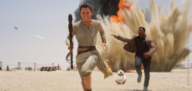 Daisy Ridley als Rey zusammen mit Finn und BB-8 in Star Wars Episode VII Das Erwachen der Macht