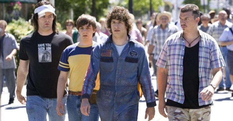 Bill Hader, Jorma Taccone, Andy Samberg und Danny McBride auf einer Straße in einem Szenenbild für die Kritik Hot Rod