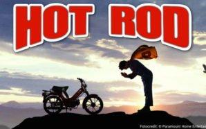 Kritik Hot Rod Mit Vollgas durch die Hölle Titelbild mit Andy Samberg und einem Motorrad