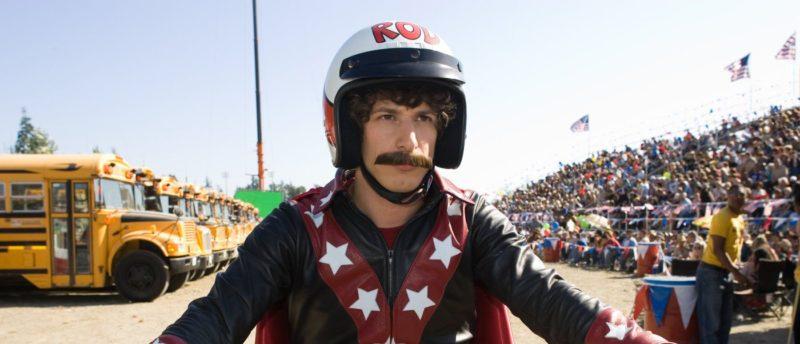 Ein Szenenbild für Kritik Hot Rod mit Andy Samberg auf einem Motorrad