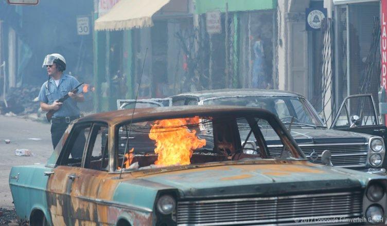 Brennendes Auto im Film Detroit