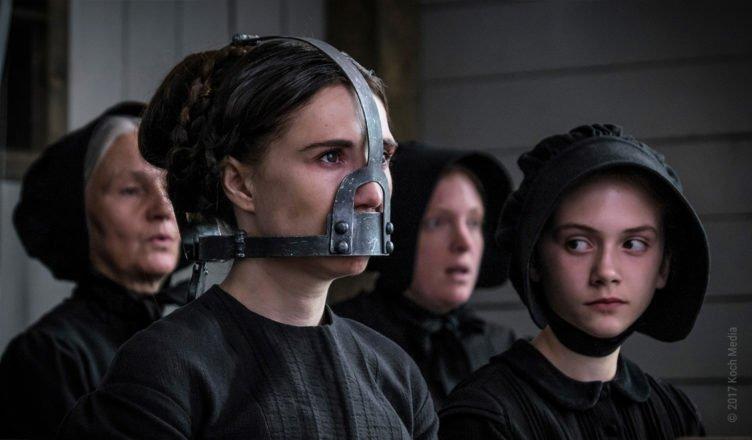 Carice van Houten mit einer Eisenmaske vor dem Gesicht in Brimstone
