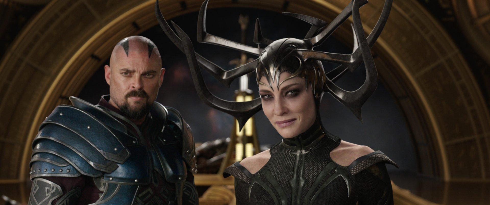 Skurge (Karl Urban) und Hela (Cate Blanchett) stehen in einer Halle in Asgard in einem Szenenbild für Kritik Thor Tag der Entscheidung