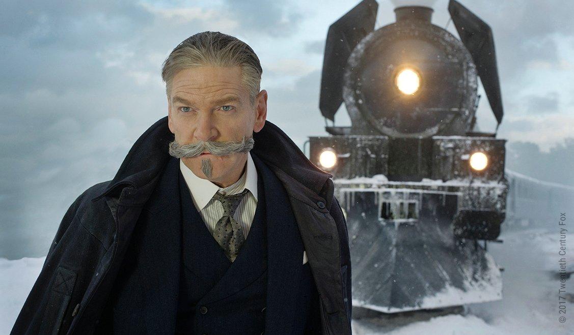 Kenneth Branagh als Hercule Poirot steht vor einer Lokomotive in einem Bild für die Kritik Mord im Orient Express