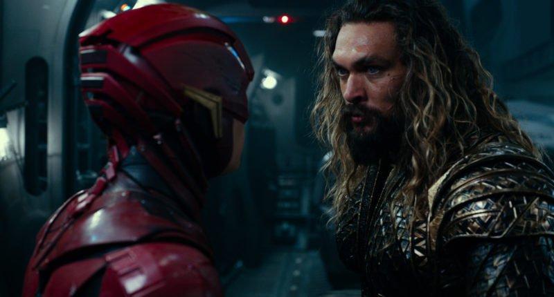 Augenkontakt zwischen Flash (Ezra Miller) und Aquaman (Jason Momoa)