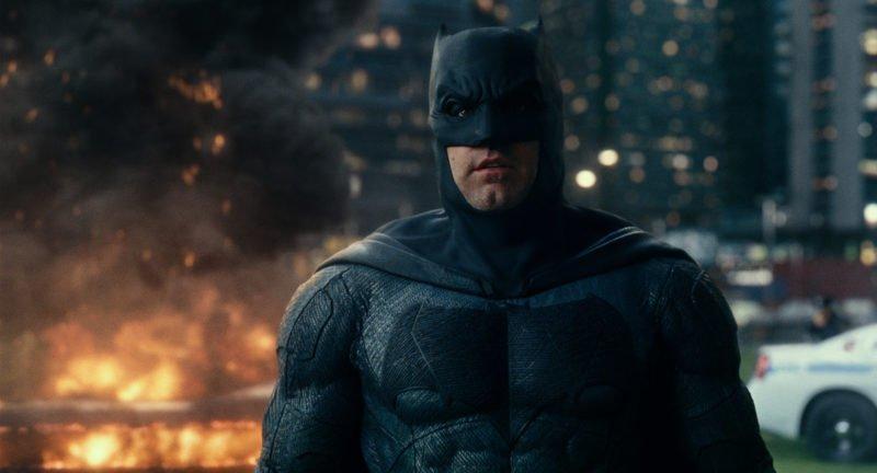 Batman (Ben Affleck) steht hinter einer brennenden Kulisse.