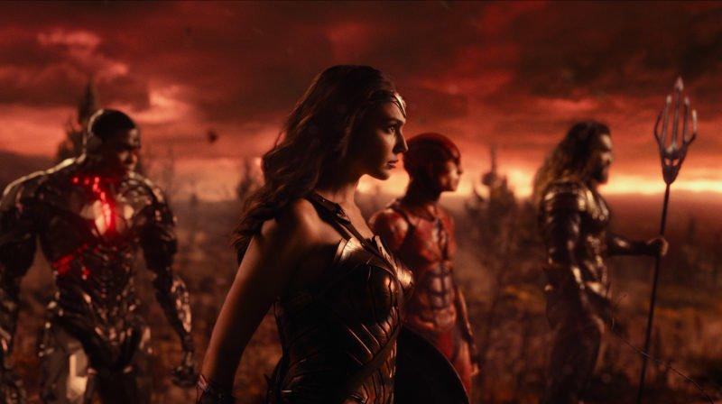 Cyborg (Ray Fisher), Wonder Woman (Gal Gadot), Flash (Ezra Miller) und Aquaman (Jason Momoa) gegen durch ein apokalyptisches Ödland