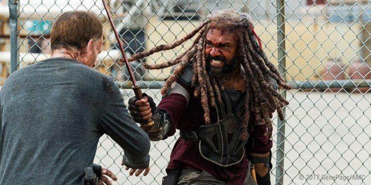 Khary Payton kämpft als Ezekiel gegen einen Zombie in The Walking Dead Staffel 8 Folge 4