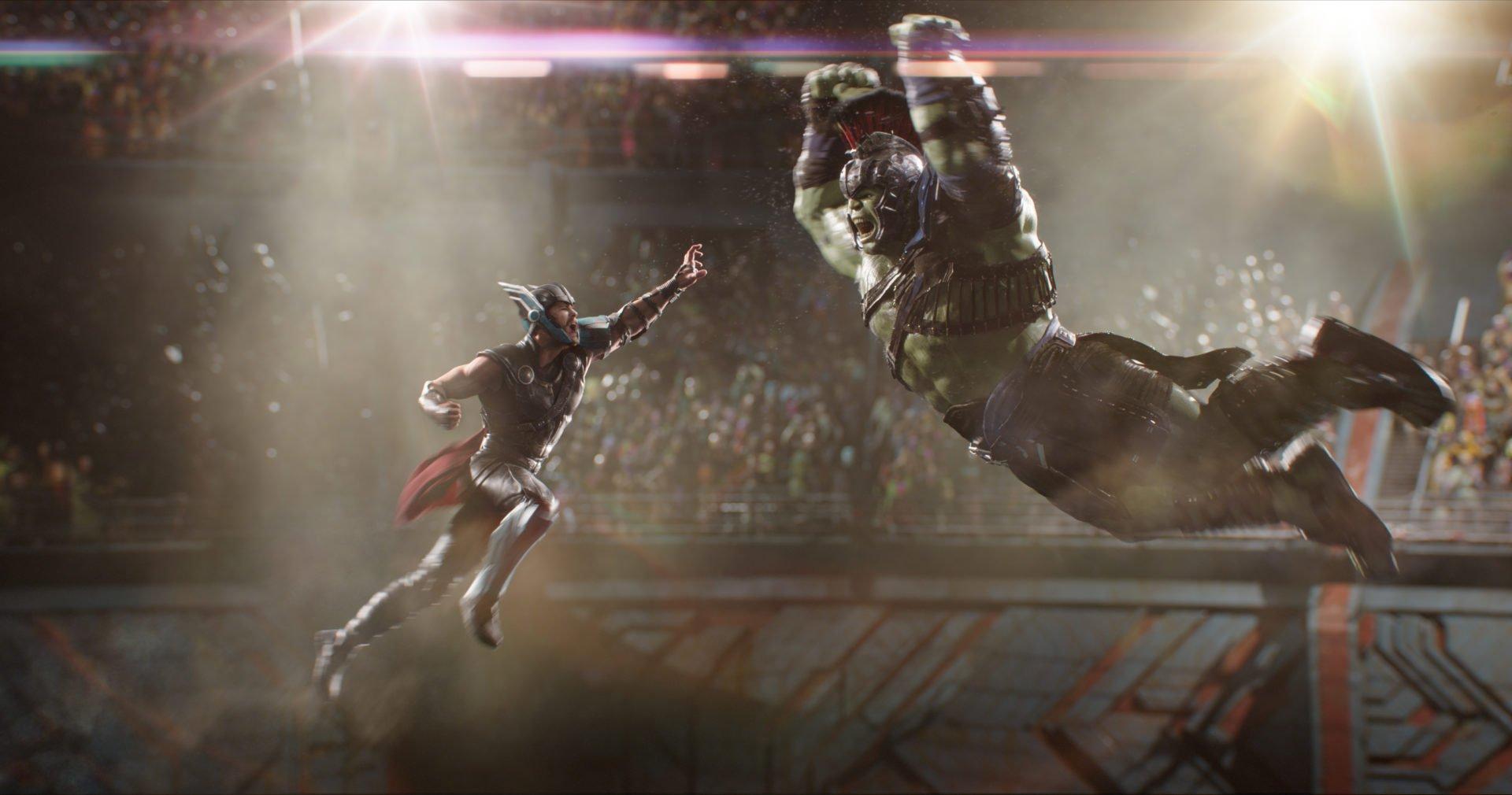 Thor (Chris Hemsworth) und Hulk (Mark Ruffalo) kämpfen gegeneinander in einer Arena in einem Szenenbild für Kritik Thor Tag der Entscheidung