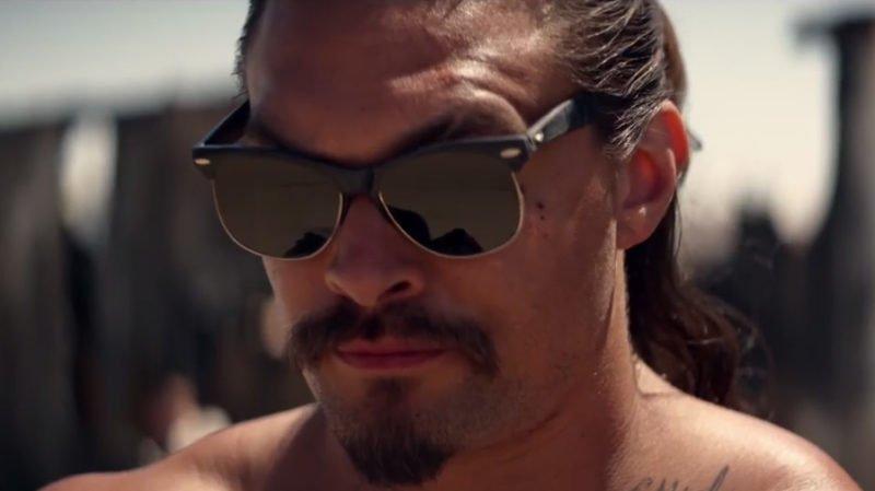 Jason Momoa mit Sonnenbrille und oberkörperfrei in einem Szenenbild für Kritik The Bad Batch