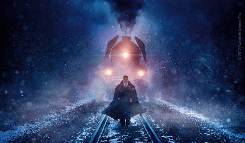 Titelbild zur Kritik Mord im Orient Express 2017 mit Kenneth Branagh als Hercule Poirot vor einer Lokomotive bei Nacht