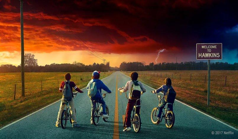 Mike, Will, Dustin und Lucas sitzen auf ihren Fahhrrädern und starren eine mysteriös rote Gewitterwolke an