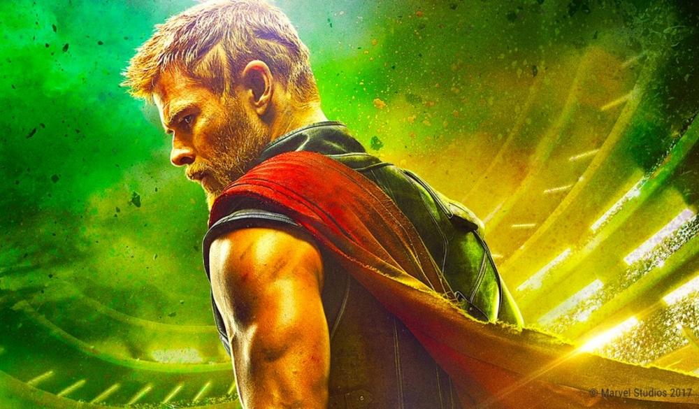Chris Hemsworth als Thor mit kurzen Haaren vor grün-gelbem Hintergrund auf Plakat zu Thor: Tag der Entscheidung