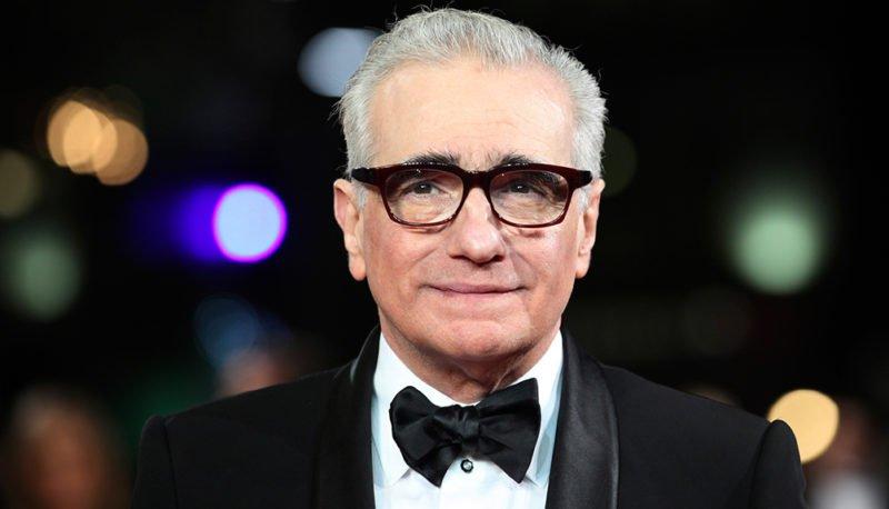 Martin Scorsese mit Anzug und Fliege auf einem roten Teppich