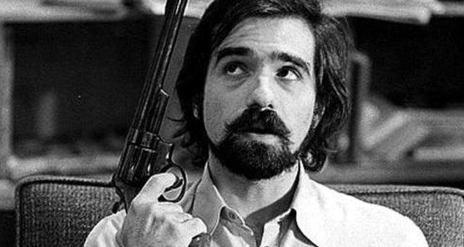 Junger Martin Scorsese mit einem Revolver in der Hand