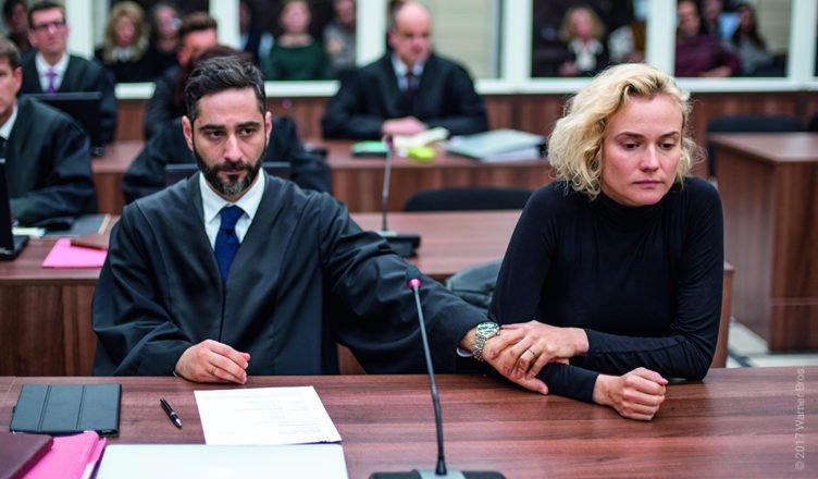 Denis Moschitto hält im Gerichtssaal die Hand von Diane Kruger in Aus dem Nichts
