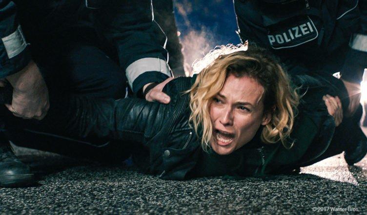 Diane Kruger wird von Polizisten brutal auf den Boden gedrückt in Aus dem Nichts