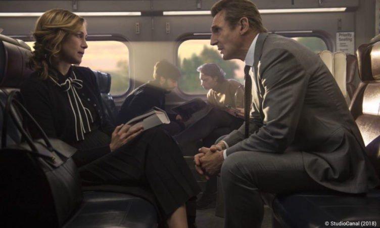 Liam Neeson und Vera Farmiga in einem Zug in einem Szenenbild für Kritik The Commuter