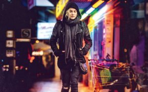 Diane Kruger läuft in Lederjacke auf einer verregneten Straße im bunten Neonlicht entlang in Aus dem Nichts