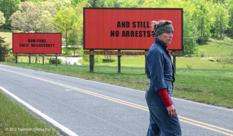 """Frances McDormand steht vor drei roten Anzeigetafeln im Titelbild für die Kritik """"Three Billboards Outside Ebbing, Missouri"""""""