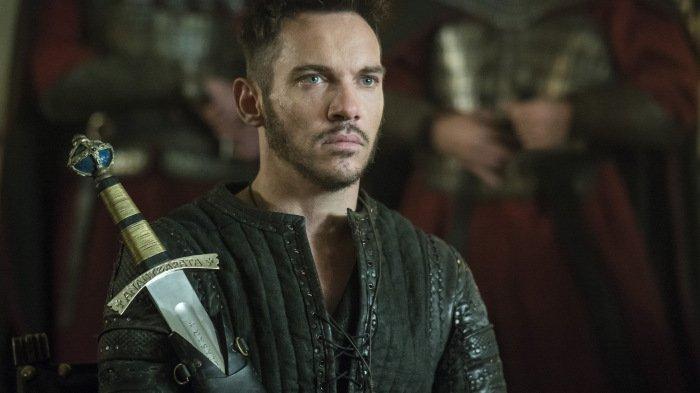 Jonathan Rhys Meyers als Bischof Heahmund mit einem Schwert in einem Szenenbild für Kritik Vikings Staffel 5 Teil 1