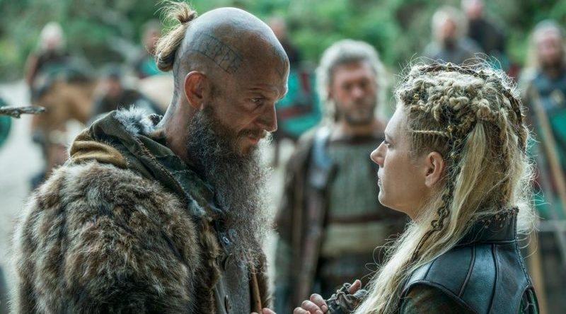 Floki und Lagertha verabschieden sich vor einer Gruppe von Menschen in einem Szenenbild für Kritik Vikings Staffel 5 Teil 1 Folge Die Botschaft