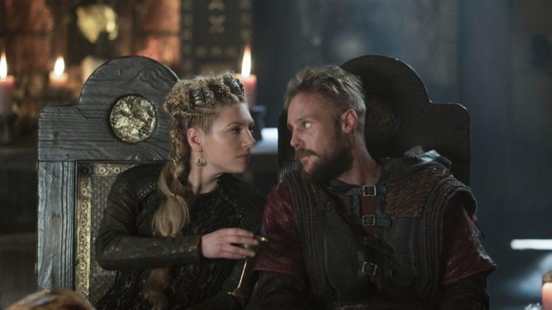 Lagertha und Ubbe sitzen gemeinsam im Thronsaal und reden miteinander.